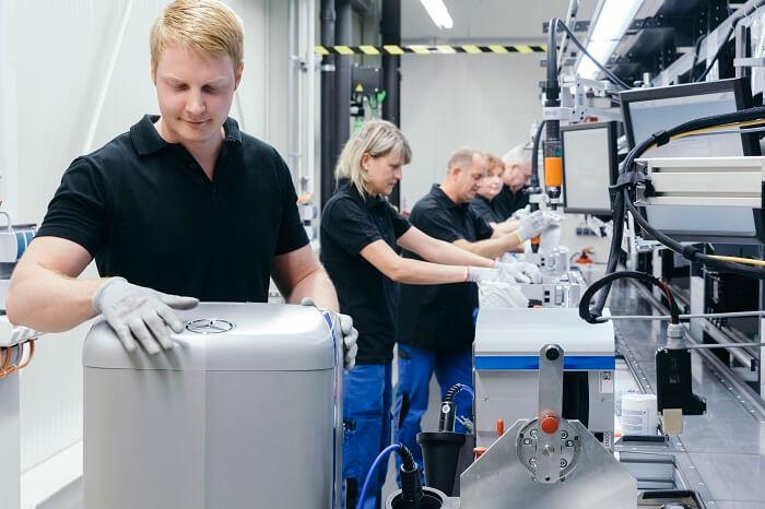 「メルセデスベンツ」エンブレム蓄電池の製造風景