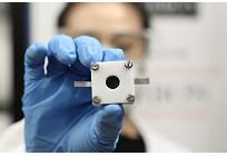 リチウムイオン電池の5倍以上を蓄電できる亜鉛空気電池、鉄など低コストの金属で触媒生成に成功の写真