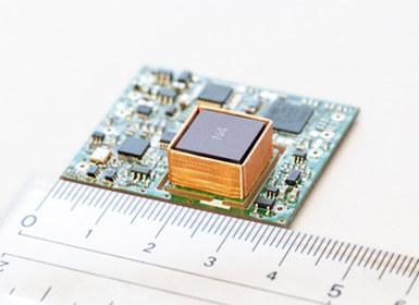 今回開発の小型原子時計 (内寸33 mm x 38 mm x 9 mm)