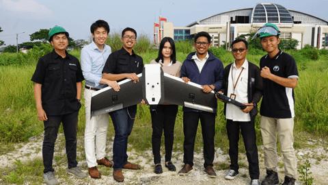 実証実験成功後のテラドローンインドネシアとPLNのメンバー